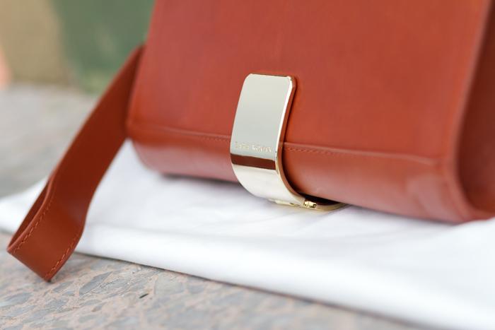 Clutch de cuero con aplique detalle metálico dorado oro de Zara Woman Invierno Piel Accesorios Bolso