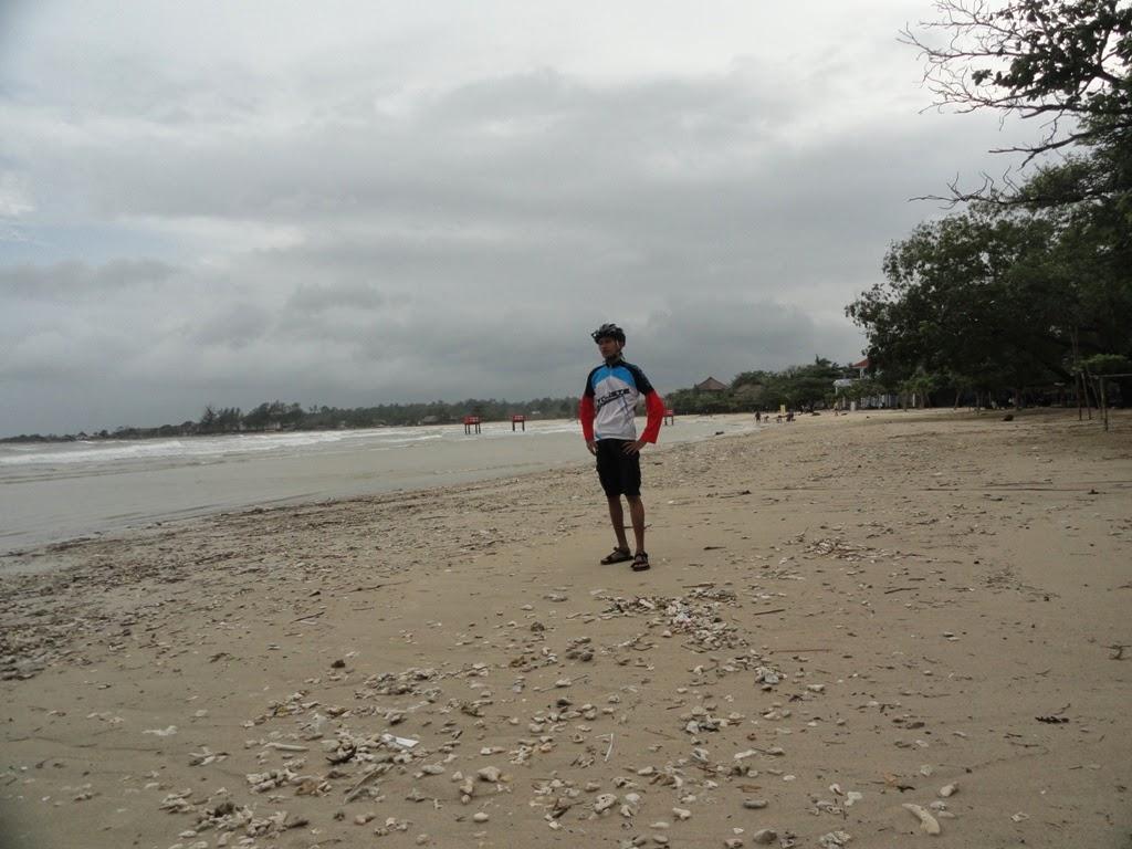 Aku dan sepedaku saat bersepeda ke Pantai Bandengan, Jepara