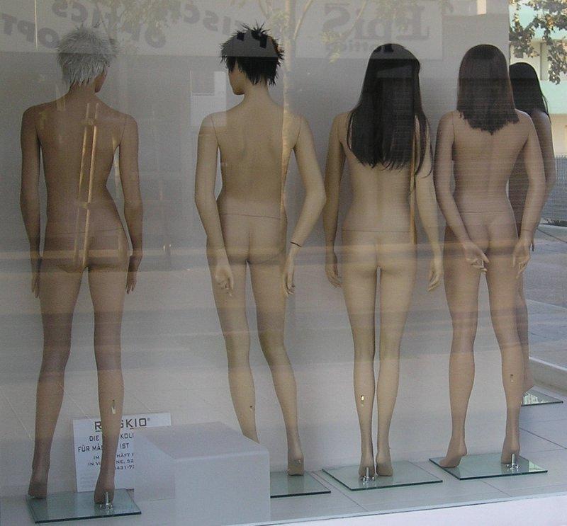 Pedagogía Negra maniquíes desnudos