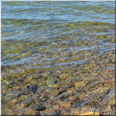 Foto mostrando seres não vivos. Coisas inanimadas. Minerais como água, pedra, solo, etc.