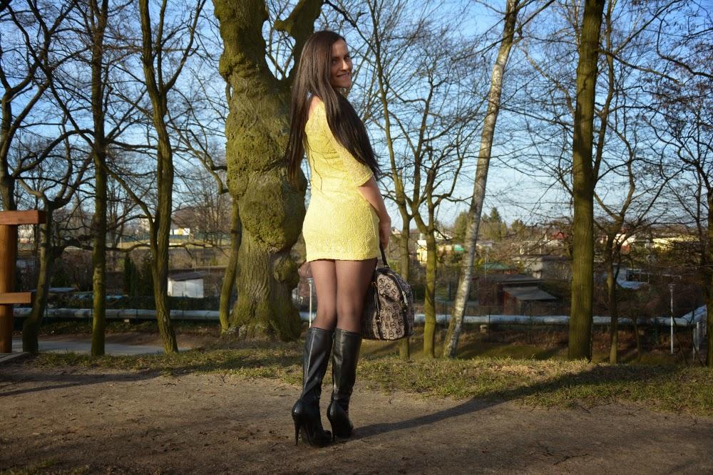 zolta sukienka i kozaki
