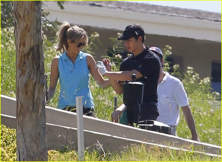 Nick y Delta juegan golf el fin de semana 226149_230728196965585_117643018274104_623297_2931181_n