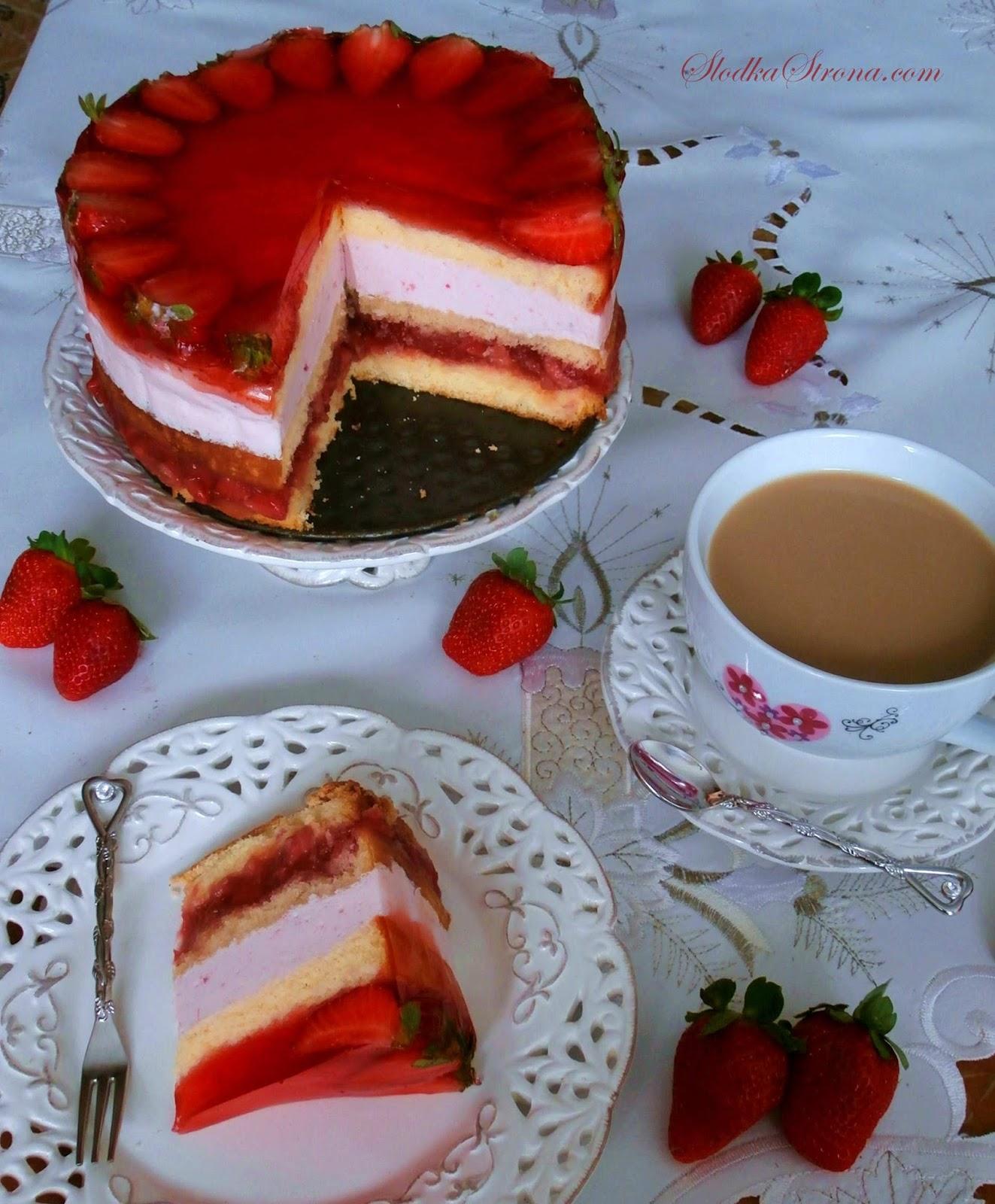 Tort Truskawkowy na Biszkopcie z Kremem Jogurtowym, Masą z Frugo i Kawałkami Owoców - Przepis - Słodka Strona