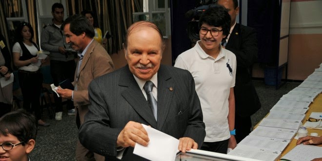 Abdelaziz Bouteflika prête serment en fauteuil roulant