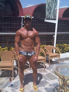 Homem de sunga e chinelo de dedo Havaianas - Pés Masculinos