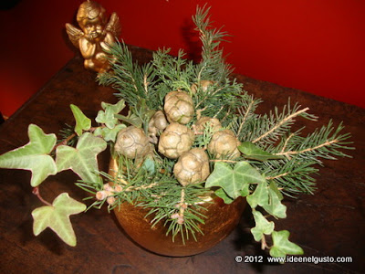 Addobbo natalizio con pignette , abete ed edera