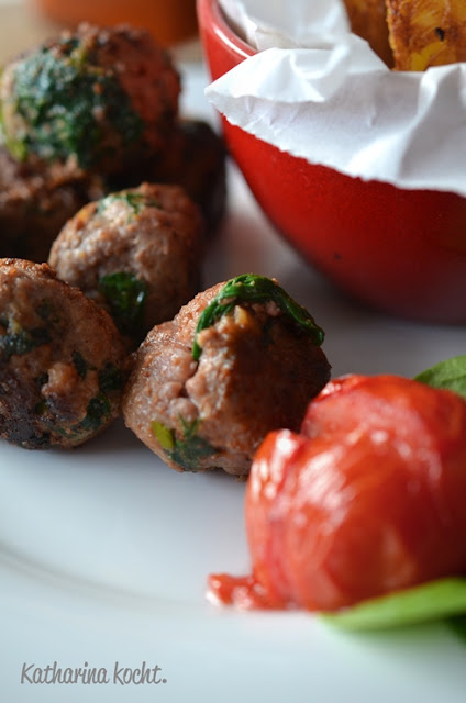 Fleischbällchen aus Rinderhack und Salsiccia mit Babyspinat Knoblauch, dazu Ofenpommes und gebackene Tomaten