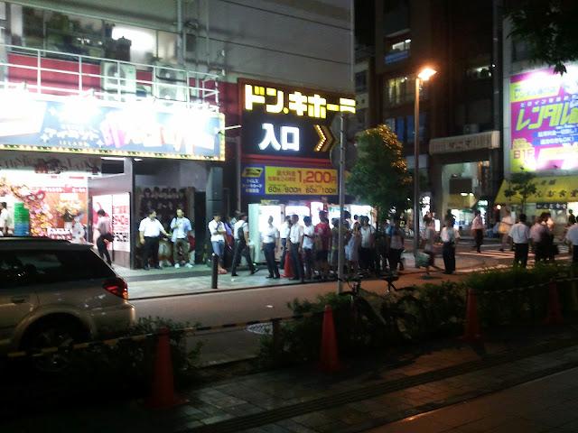 8月27日AKB48前田敦子あっちゃんの卒業式にAKB48劇場の前でキャンセル待ちをしているファン?