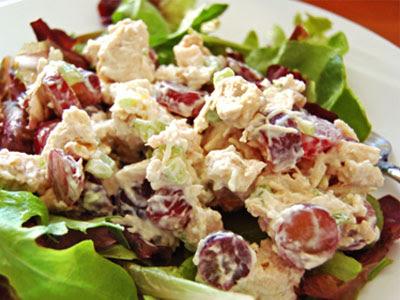 Салат из курицы с виноградом и орехами