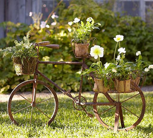 Decorar el jardín con bicicletas vintage, antiguas, de segunda mano. Plantas y flores.