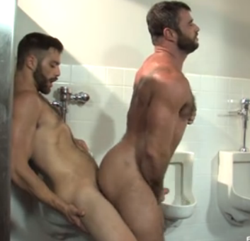 2 loiros barbudos safados fodem no banheiro, depois de chupetinha e rimming