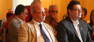 L'alcalde actual Xavi Sanllehí, amb el seu predecessor Salvi Güell, en el ple de presa de possessió de l'any passat. Foto: J. Ribot