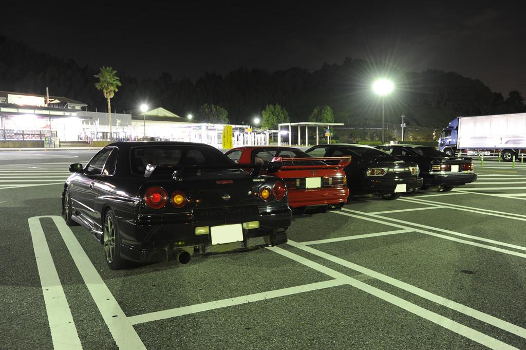 Nissan Skyline R34, Mazda RX-7 FC, Nissan 180SX, Toyota Supra A70, japońskie sportowe samochody, ciekawe, znane, cenione, tylnonapędowe, do driftu, JDM, tuning, z tyłu, lampy, auta nocą na zdjęciach