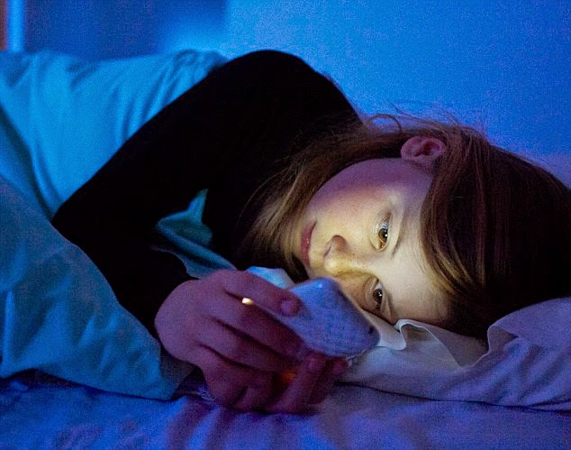 Why using your smartphone at night is destroying your sleep | TekkiPedia