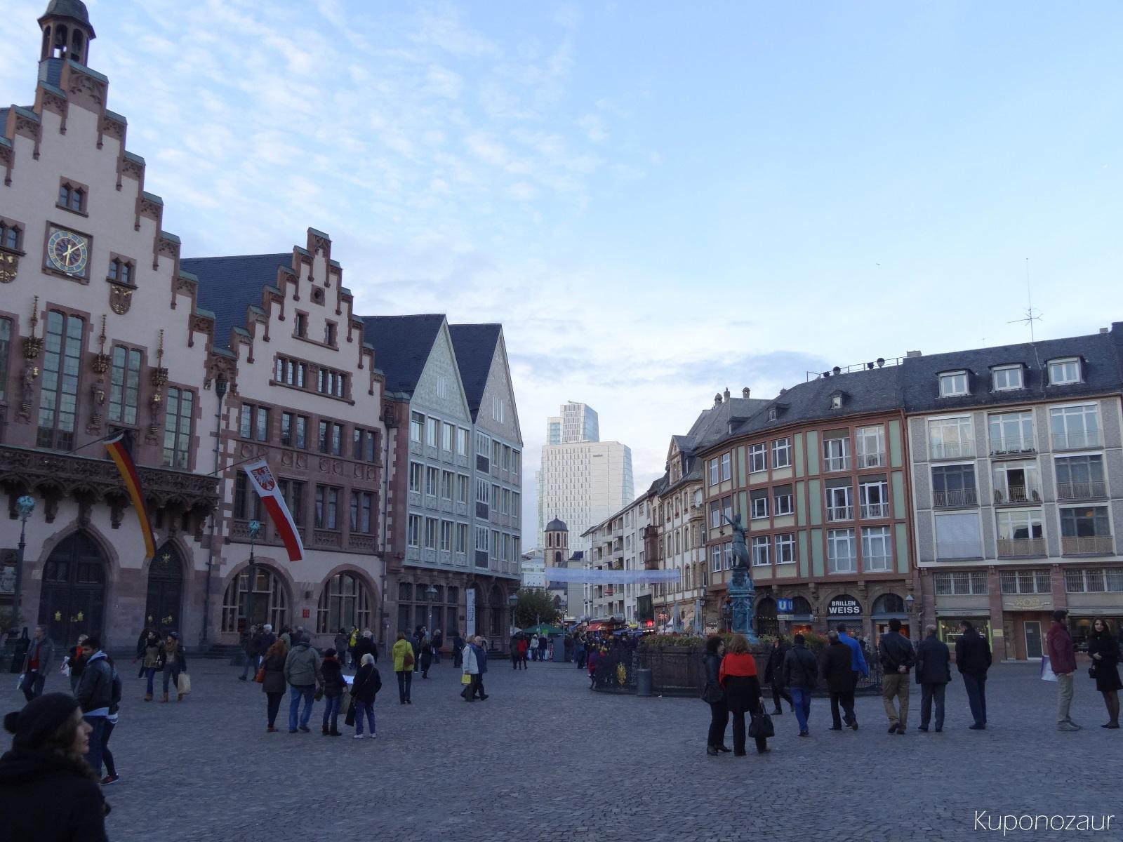 Miasto Frankfurt stare miasto a w tle hotel Jumeirah Frankfurt
