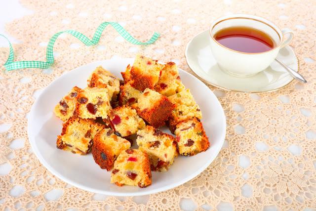 Ciasto z rodzynkami, figami, migdalami, kandyzowana skorka cytrusowa.