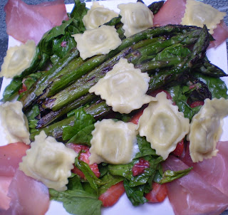 Salade d'asperges, ravioles comté et fines herbes, jambon cru