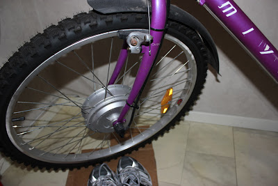 Elmotorframhjulet sitter i en stabil gaffel från Miyata.