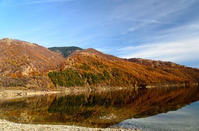 Reflexii in lacul Bradisor toamna