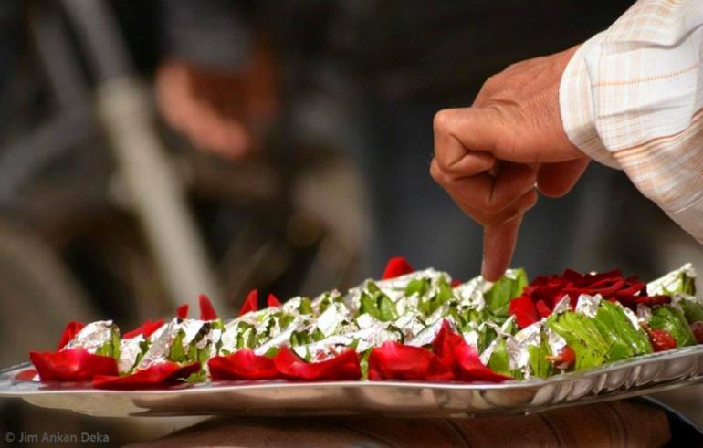 Vendor selling 'paan' (betel leaves) in front of Barton Centre, Bangalore (© Jim Ankan Deka)