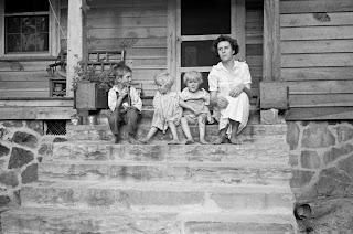 http://4.bp.blogspot.com/-pBfVIi2hHJI/T5g8AngoaKI/AAAAAAAACMY/QmMXmRyZhMM/s320/Arthur+Rothstein+-+Family+of+resettlement+farmer,+Skyline+Farms,+Alabama,+1935.jpg