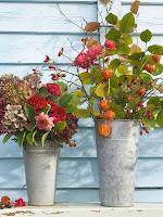 Есенни букети с цветя и клонки с листа