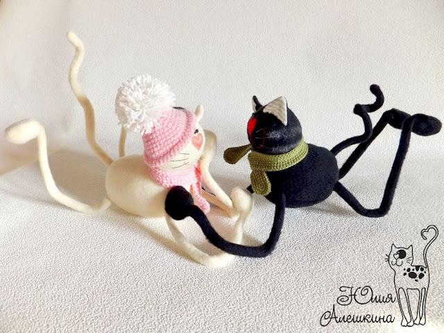 Котики длинноножки. Черный и бежевый в шапках. Лежат