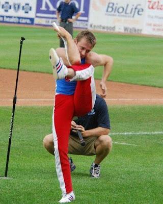 Un hombre super flexible 26