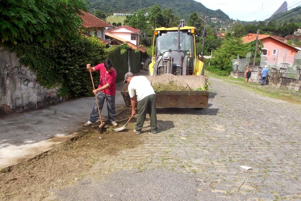 Capina e limpeza na Rua Samuel Vieira, no Caxangá