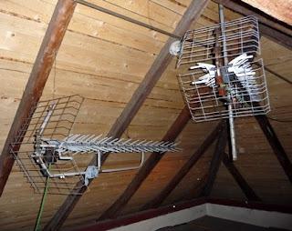 meletakkan antena tv di loteng atap rumah
