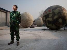 Petani dari Cina Menciptakan Bola Raksasa untuk Hadapi Kiamat