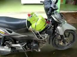 Sepeda motor berbahan bakar Gas - Model Gas di depan