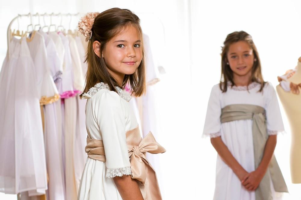 MARÍA lleva vestido de Primera Comunión en piqué blanco con fajín seda  verde e3c82d1a03a6
