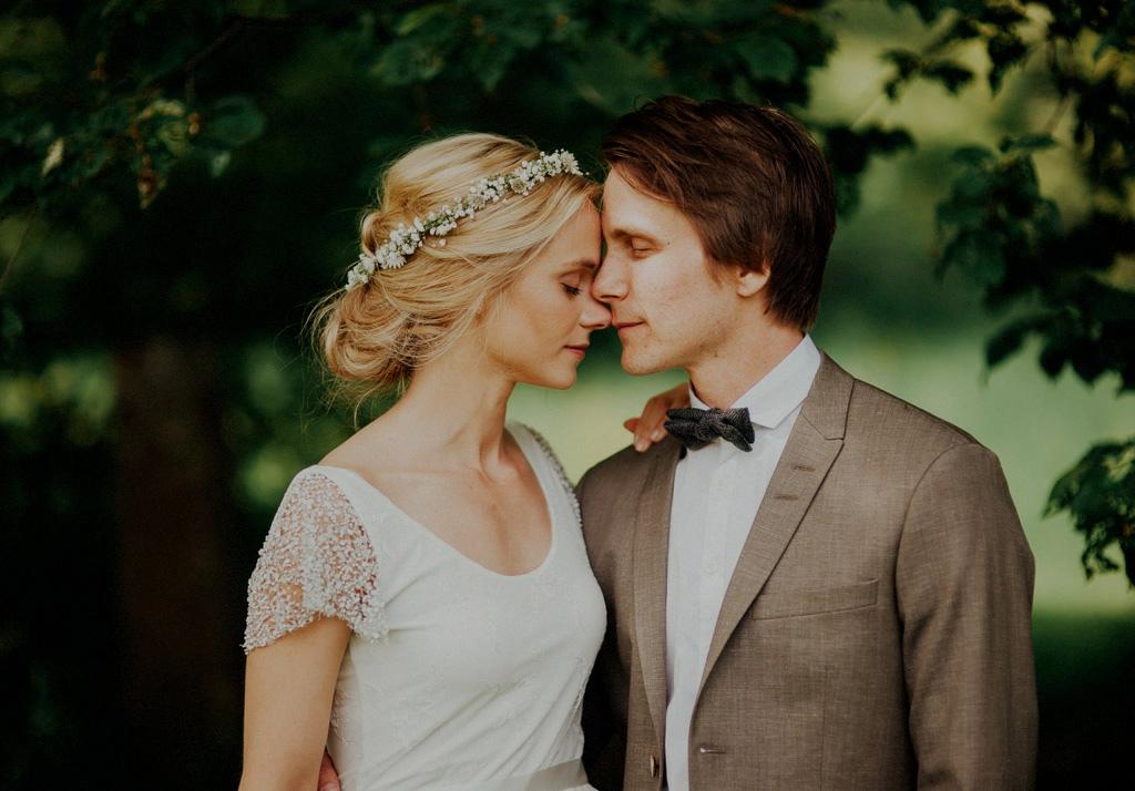 Bröllopsporträtt under träd