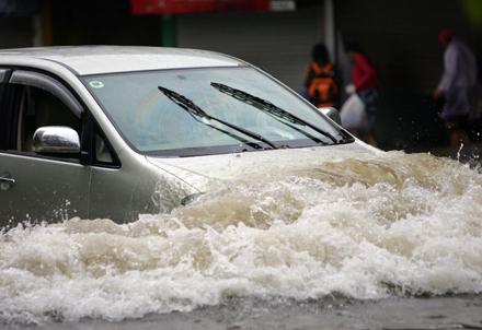 Đối phó Sài Gòn ngập nước với kinh nghiệm lái xe đơn giản