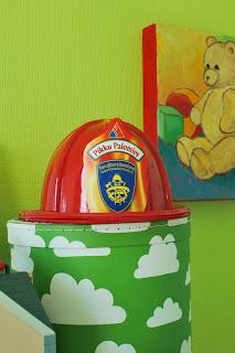 Färg och form Moln-säilytysrasia värikkäässä lastenhuoneessa
