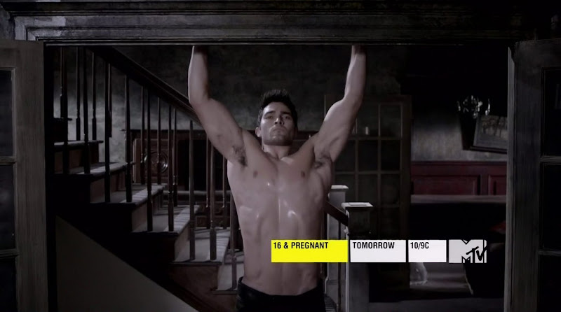 Tyler Hoechlin Shirtless in Teen Wolf s1e05