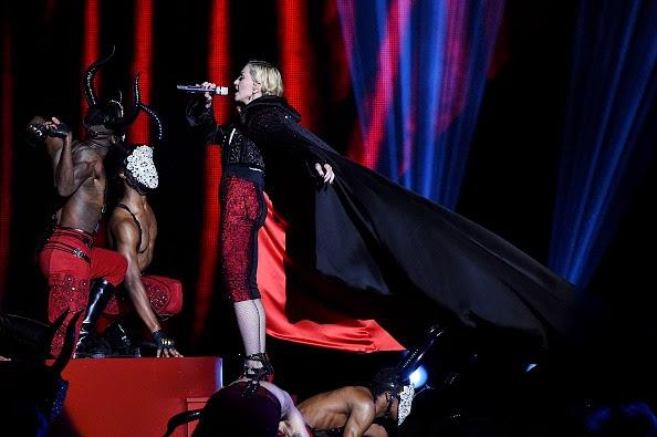 Madonna canta dal palco dei Brit Award