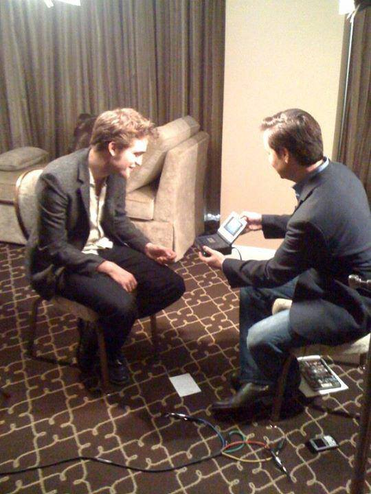 27 Junio - Nueva / Antigua foto de Rob durante Press Junket de NEW MOON (2009)!!! 11241225_1651491448418093_4672996937728088041_n