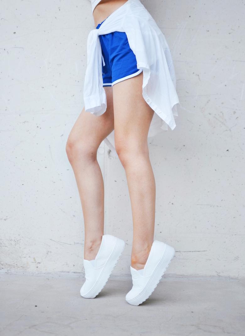 Outfit_blaue_Sport_Shorts_Hemd_umbinden_kombinieren_ViktoriaSarina_Modeblog_Österreich
