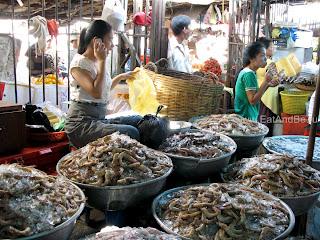 Креветки в Phsar Thmei - центральный рынок в Пномпене, Камбоджа Есть и быть www.EatAndBe.ru