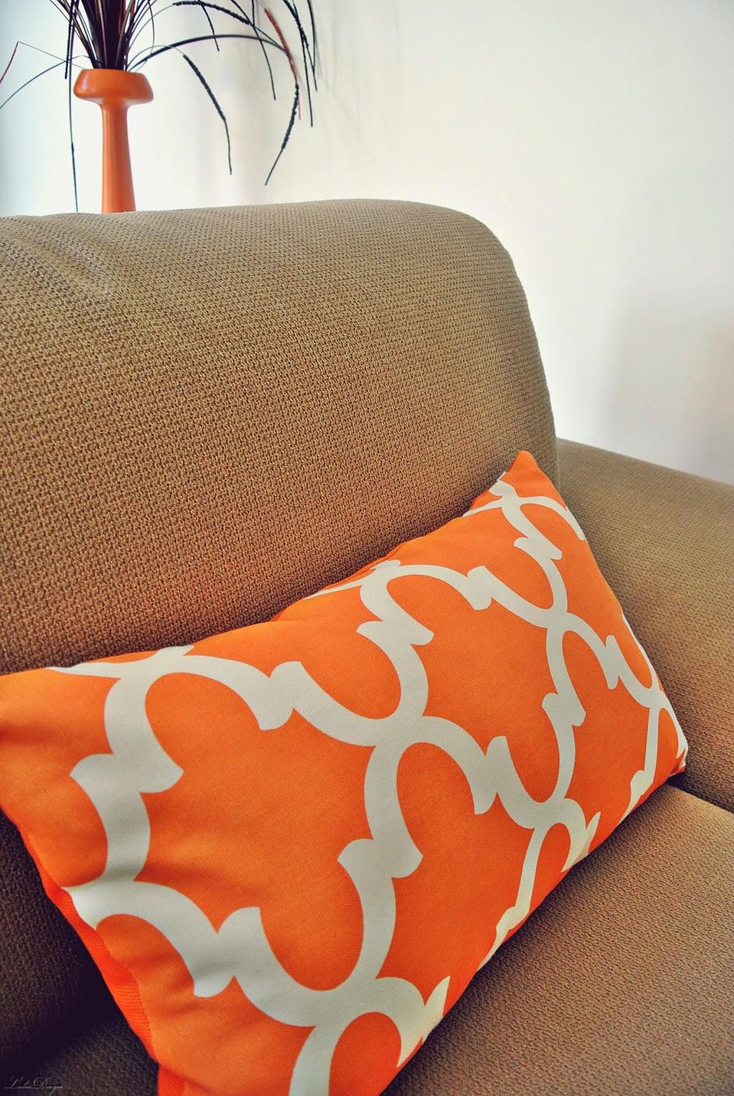 poduszka,pomarańcz,elegancki salon,poduszki,dekoracje na sofie,jakie poduszki