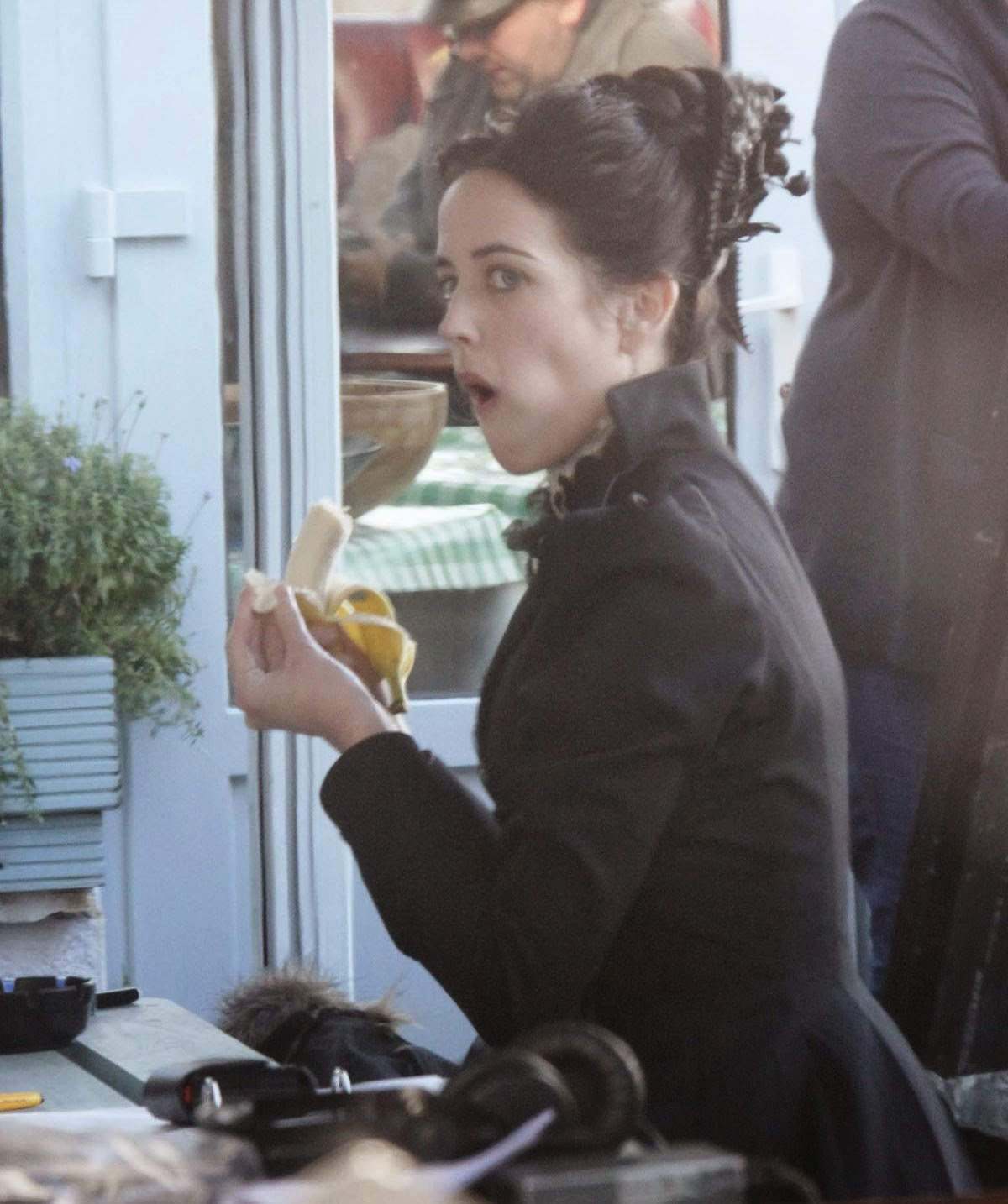 http://4.bp.blogspot.com/-pIGHlCNckZw/Ut2KXC5Wy9I/AAAAAAAAQgs/Ny3dqB71Q3c/s1600/eva-green-on-the-set-of-penny-dreadful-in-ireland_2.jpg