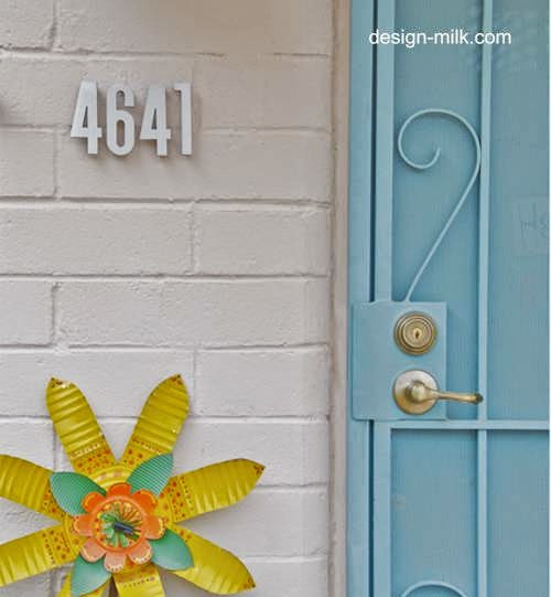 Números de domicilio en el acceso a una casa