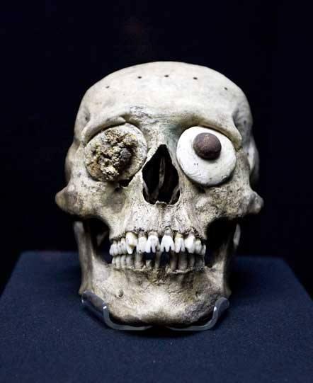mascara cráneo y dientes mostrando modificación dental.