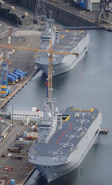 Os porta-helicópteros agora devolvidos no porto de Saint Nazaire, França.