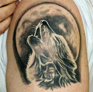 Tatuagem de lobo uivando para a lua