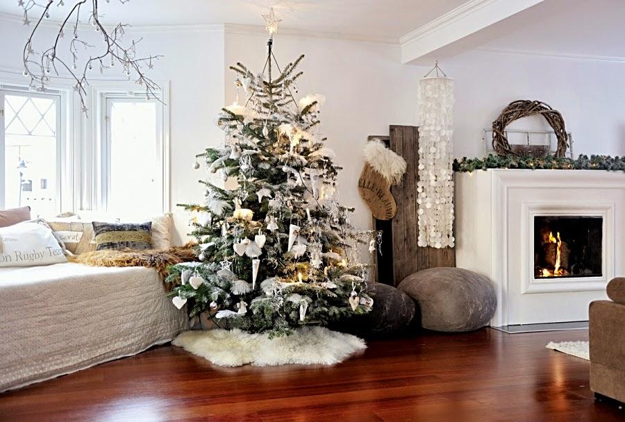 wystrój wnętrz, home decor, wnętrza, urządzanie mieszkania, scandi, nordic, styl skandynawski, święta, Boże Narodzenie, dekoracje świąteczne, salon, choinka, kominek