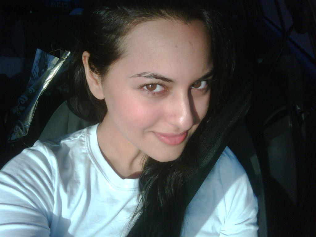 http://4.bp.blogspot.com/-pKX4D5-1ZqQ/UDiBURXSPtI/AAAAAAAAAGo/tmpkxp9_6C8/s1600/Sonakshi+Sinha+(3).jpg
