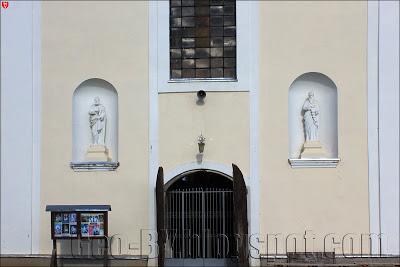 Статуи в нишах в монастыре бернардинцев в Ивье